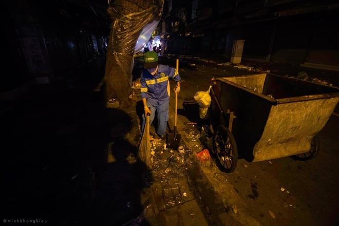 """Dòng người nô nức đi chơi Trung thu để lại """"biển rác"""" khổng lồ giữa lòng Hà Nội, cô lao công dọn đến 3h sáng mới xong - Ảnh 7."""
