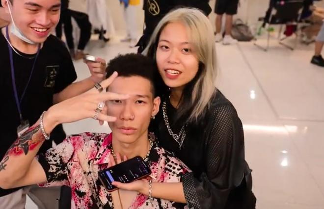 Tlinh - MCK ôm nhau kề má tình cảm phát hờn trong hậu trường Rap Việt! - ảnh 1