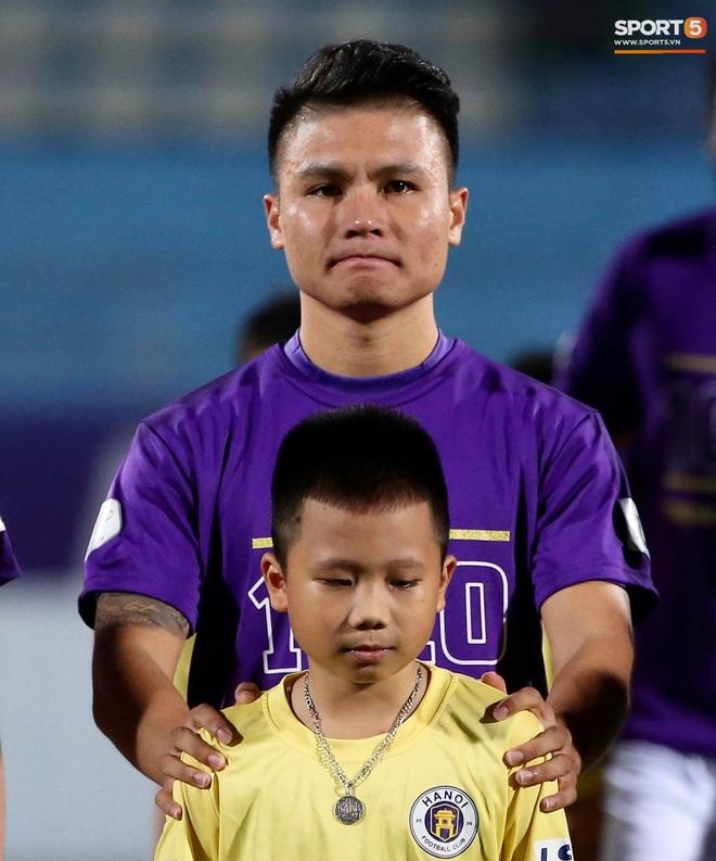 Huỳnh Anh chiếm spotlight khi đến sân cổ vũ Quang Hải, lộ gương mặt khác lạ không giống hình đăng Facebook - Ảnh 6.