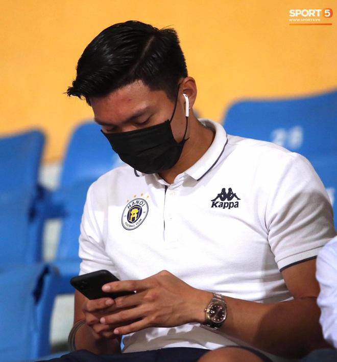 Huỳnh Anh chiếm spotlight khi đến sân cổ vũ Quang Hải, lộ gương mặt khác lạ không giống hình đăng Facebook - Ảnh 2.