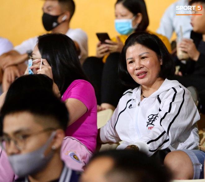 Huỳnh Anh chiếm spotlight khi đến sân cổ vũ Quang Hải, lộ gương mặt khác lạ không giống hình đăng Facebook - Ảnh 7.