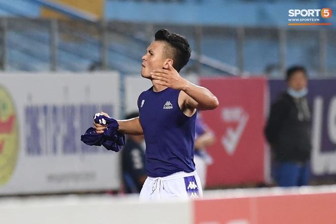 """Quang Hải nhảy múa trong vòng cấm, hết kiếm penalty lại ghi bàn đẳng cấp giúp CLB Hà Nội """"đè bẹp"""" CLB TP.HCM - Ảnh 8."""