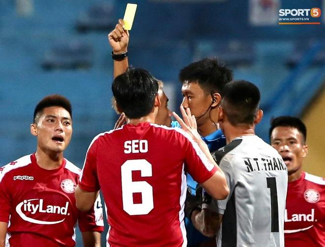 """Quang Hải nhảy múa trong vòng cấm, hết kiếm penalty lại ghi bàn đẳng cấp giúp CLB Hà Nội """"đè bẹp"""" CLB TP.HCM - Ảnh 5."""