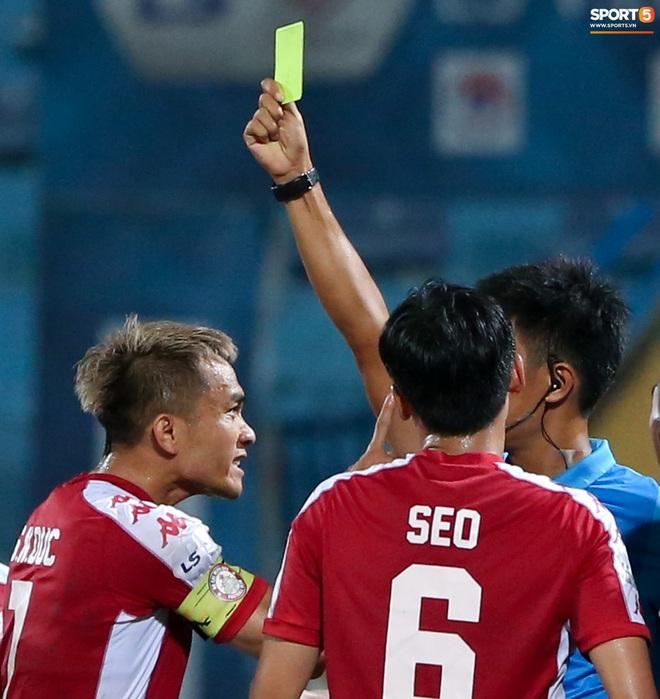 """3 anh Tây là fan Hà Nội FC ăn mừng """"cà khịa"""" CĐV đội Công Phượng theo cách cực """"gợi đòn"""" - Ảnh 7."""
