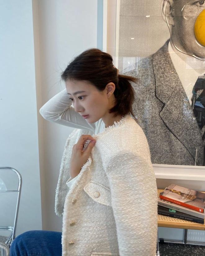 """Chưa cần sắm đồ hiệu giá trên trời, thu này bạn cứ mua áo khoác tweed về mặc là """"chanh sả"""" như người có tiền - Ảnh 1."""