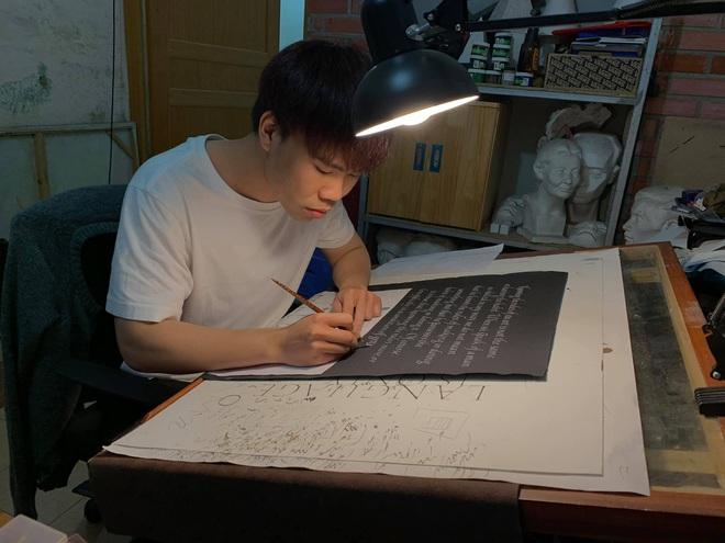 Cựu nam sinh Ngoại thương làm nghề viết chữ: 3 lần lên tạp chí quốc tế; hợp tác với loạt nhãn hàng nổi tiếng Hermes, Gucci - Ảnh 2.