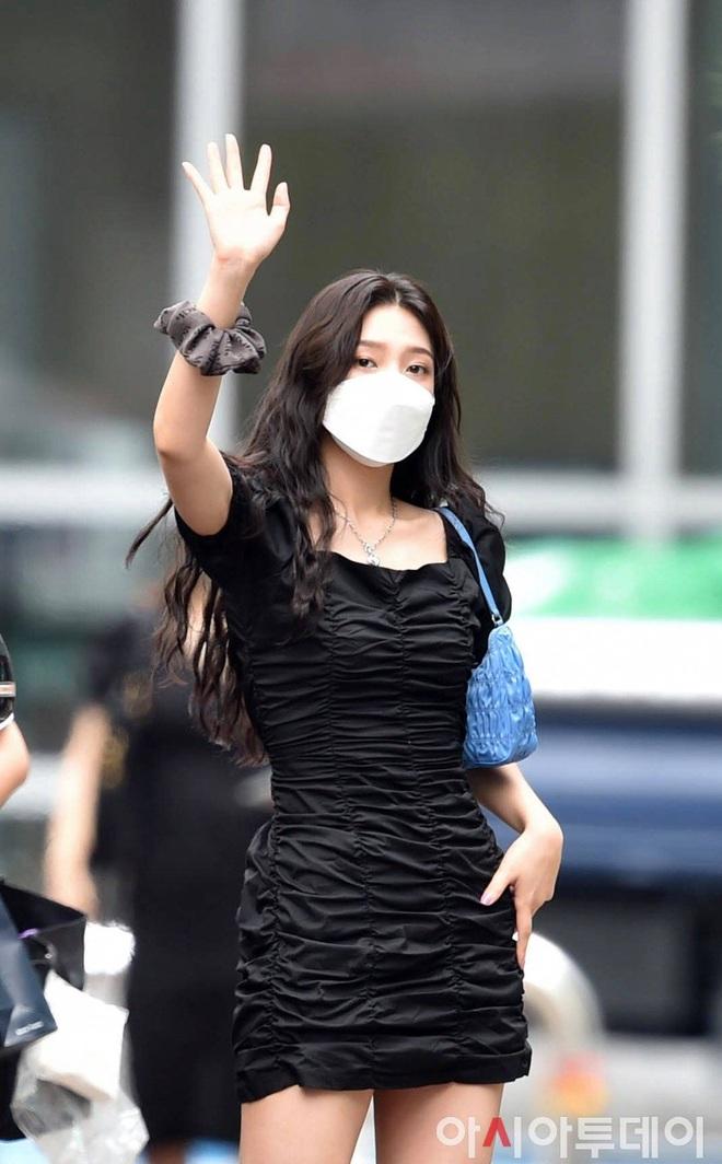 Mix & Phối - Style khi đi ghi hình của loạt idol Kpop: Người mặc đơn giản vẫn hút, người như trình diễn thời trang - chanvaydep.net 8