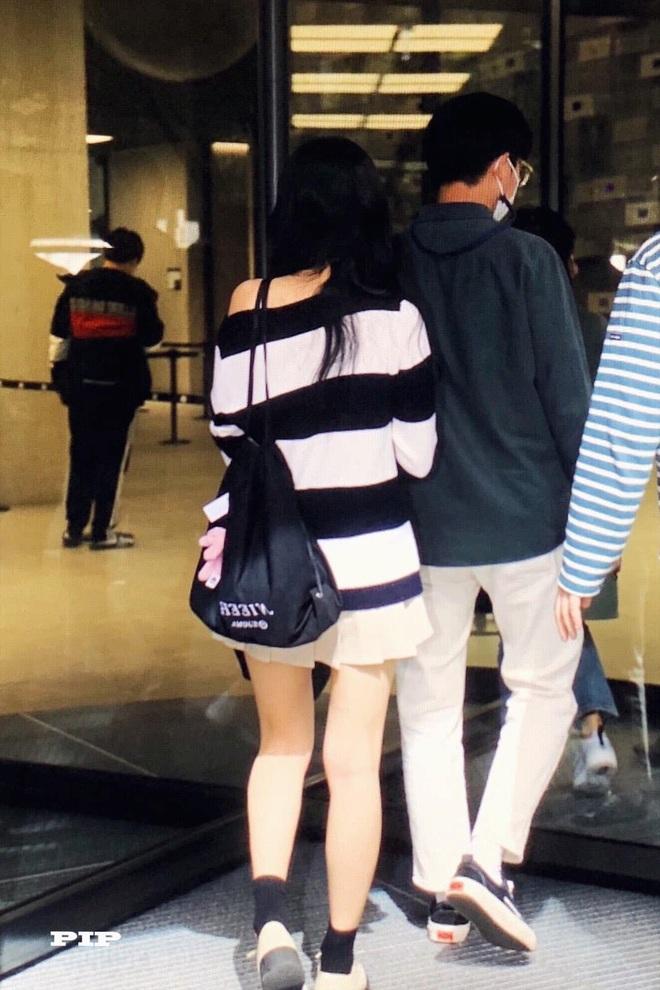 Mix & Phối - Style khi đi ghi hình của loạt idol Kpop: Người mặc đơn giản vẫn hút, người như trình diễn thời trang - chanvaydep.net 4