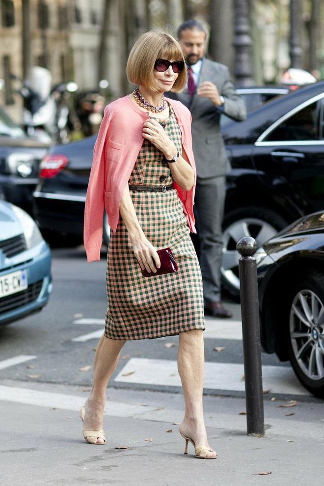 """Bà hoàng Vogue: Nữ vương cai trị làng thời trang thế giới với những """"mật mã thép"""" và bí ẩn phía sau mái tóc kinh điển không đổi hơn 50 năm - Ảnh 4."""
