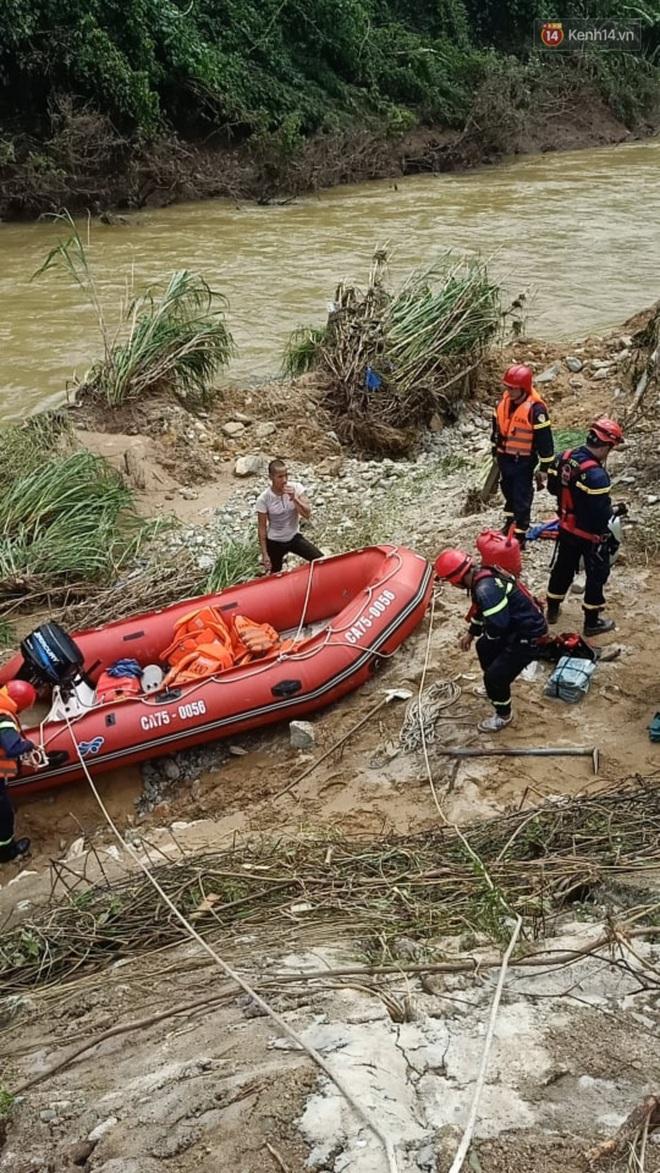 Xe cứu hộ rời hiện trường vụ sạt lở thuỷ điện Rào Trăng 3, người thân các nạn nhân vẫn túc trực chờ đợi phép màu - Ảnh 5.