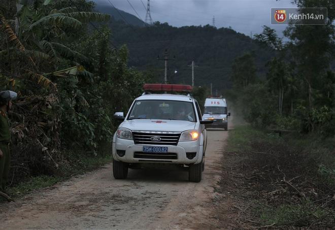 Xe cứu hộ rời hiện trường vụ sạt lở thuỷ điện Rào Trăng 3, người thân các nạn nhân vẫn túc trực chờ đợi phép màu - Ảnh 2.