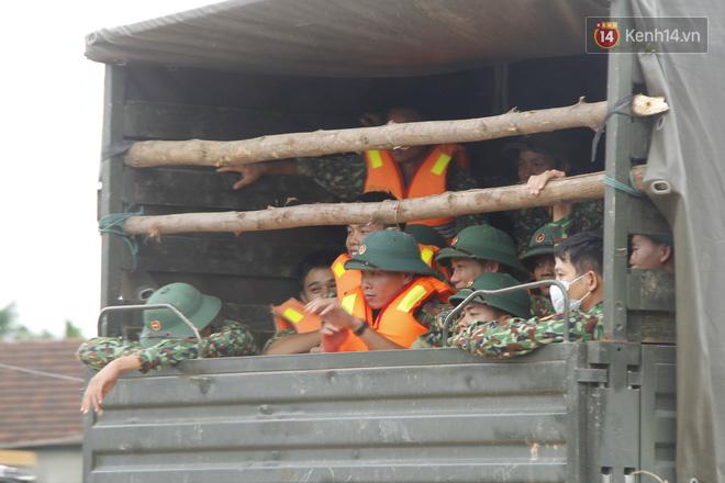 Xe cứu hộ rời hiện trường vụ sạt lở thuỷ điện Rào Trăng 3, người thân các nạn nhân vẫn túc trực chờ đợi phép màu - Ảnh 3.