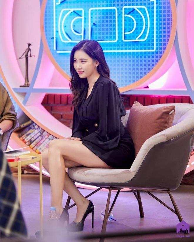 Mix & Phối - Style khi đi ghi hình của loạt idol Kpop: Người mặc đơn giản vẫn hút, người như trình diễn thời trang - chanvaydep.net 6