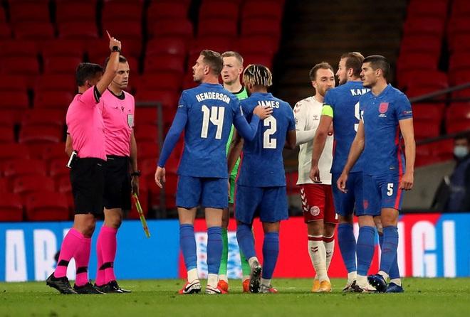 Đội trưởng MU phạm 2 lỗi ngớ ngẩn dẫn đến bị đuổi chỉ sau 30 phút, tuyển Anh thất thủ ngay trên sân nhà và lập một kỷ lục tệ nhất lịch sử - ảnh 5