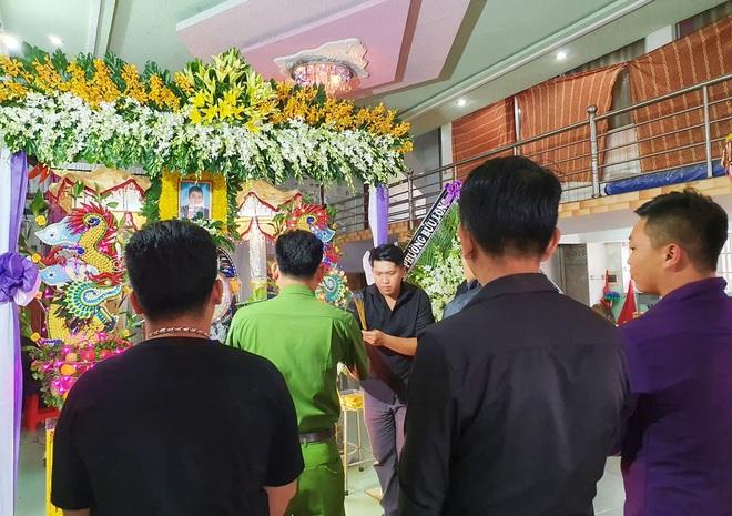 Tang lễ đẫm nước mắt của hiệp sĩ tử vong lúc truy đuổi tội phạm ở Biên Hòa: Vợ mang song thai thẫn thờ bên linh cữu chồng - Ảnh 6.