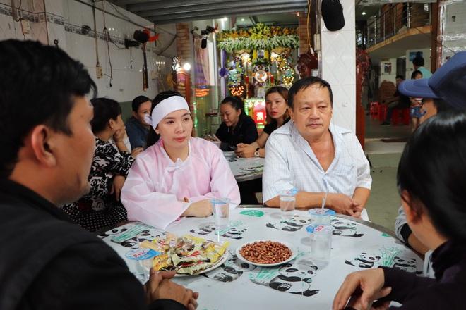 Tang lễ đẫm nước mắt của hiệp sĩ tử vong lúc truy đuổi tội phạm ở Biên Hòa: Vợ mang song thai thẫn thờ bên linh cữu chồng - Ảnh 8.