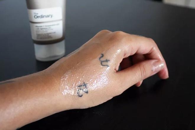 Dùng serum Vitamin C giá 300k của The Ordinary, làn da của nàng BTV đã lên hương thấy rõ - ảnh 4