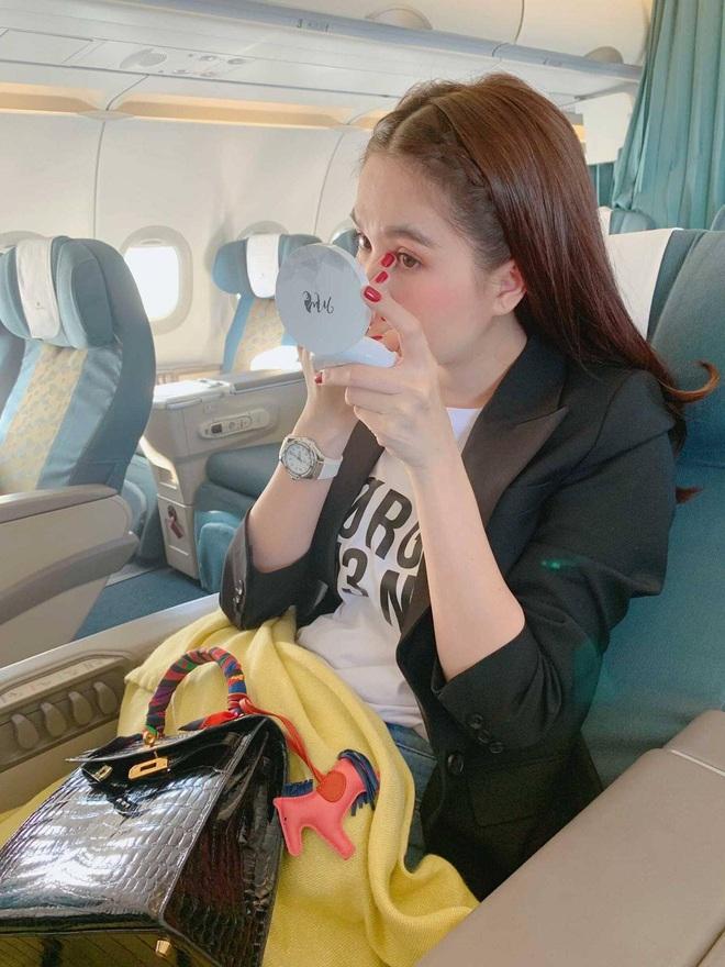 Sao Việt đi máy bay hạng thương gia: Người lên đồ đơn giản, người cầu kỳ nhưng ai cũng khoe túi hiệu - ảnh 2