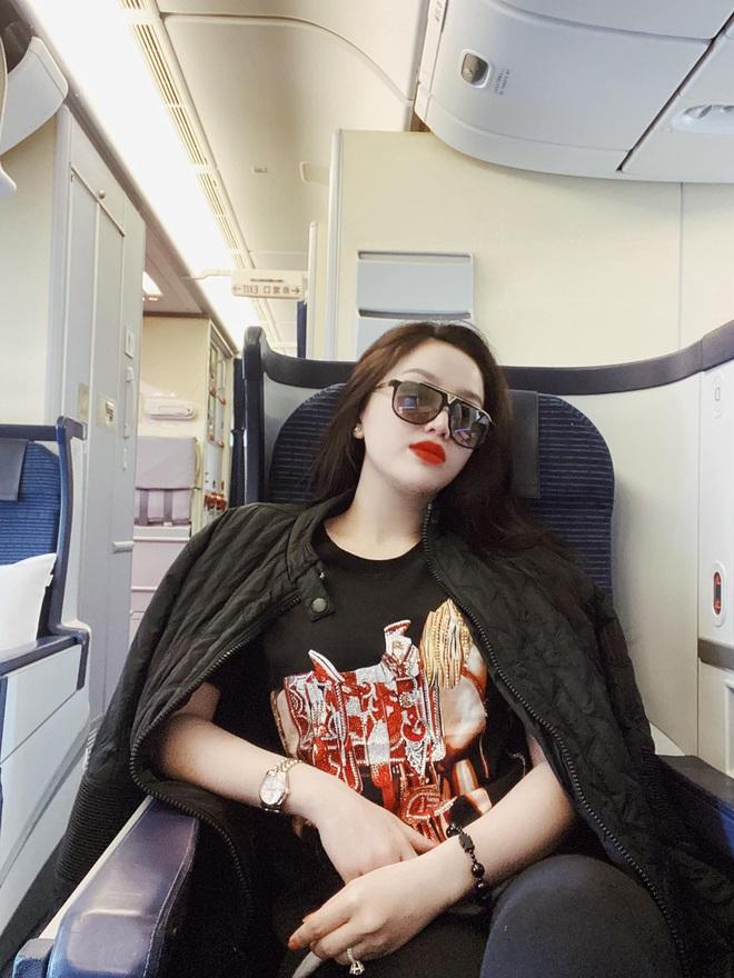 Sao Việt đi máy bay hạng thương gia: Người lên đồ đơn giản, người cầu kỳ nhưng ai cũng khoe túi hiệu - ảnh 3