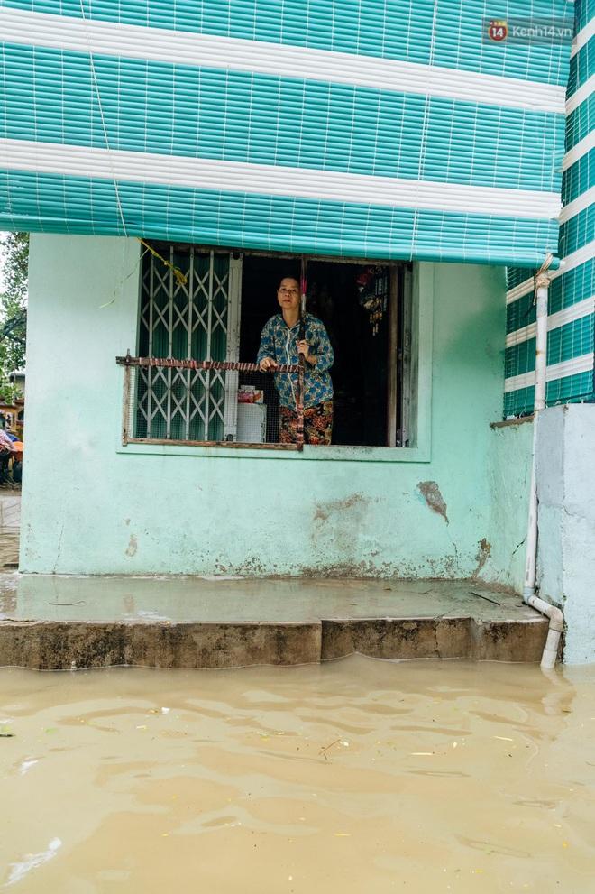 """Mất điện, nước lũ gây ngập nặng, người dân Huế kiệt sức: """"Chưa có năm nào khắc nghiệt như năm nay"""" - ảnh 11"""