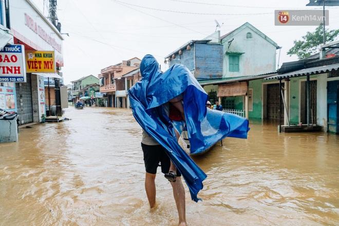 """Mất điện, nước lũ gây ngập nặng, người dân Huế kiệt sức: """"Chưa có năm nào khắc nghiệt như năm nay"""" - ảnh 12"""