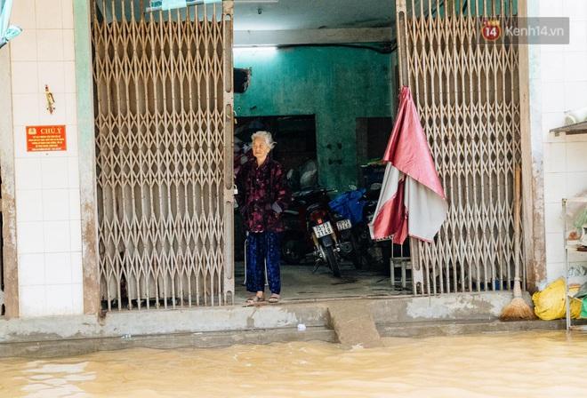 """Mất điện, nước lũ gây ngập nặng, người dân Huế kiệt sức: """"Chưa có năm nào khắc nghiệt như năm nay"""" - ảnh 9"""