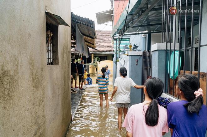 """Mất điện, nước lũ gây ngập nặng, người dân Huế kiệt sức: """"Chưa có năm nào khắc nghiệt như năm nay"""" - ảnh 10"""