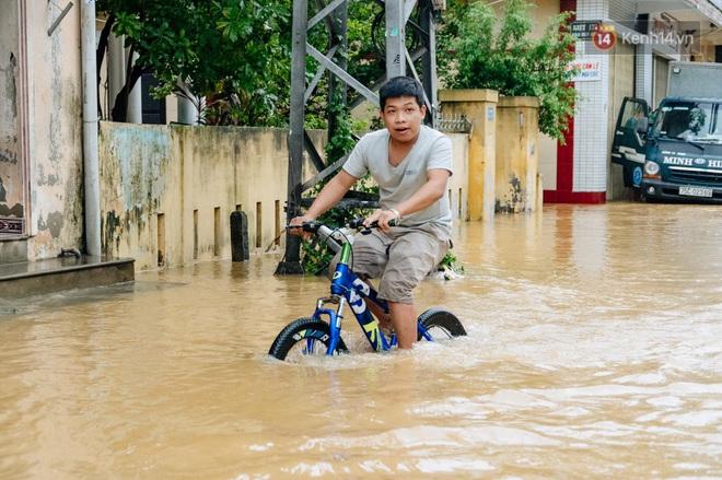 """Mất điện, nước lũ gây ngập nặng, người dân Huế kiệt sức: """"Chưa có năm nào khắc nghiệt như năm nay"""" - ảnh 5"""