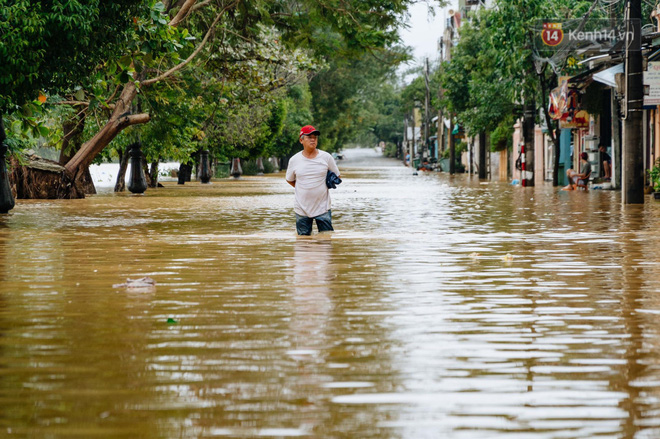 """Mất điện, nước lũ gây ngập nặng, người dân Huế kiệt sức: """"Chưa có năm nào khắc nghiệt như năm nay"""" - ảnh 4"""