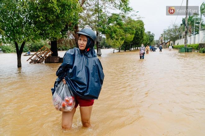 """Mất điện, nước lũ gây ngập nặng, người dân Huế kiệt sức: """"Chưa có năm nào khắc nghiệt như năm nay"""" - ảnh 21"""