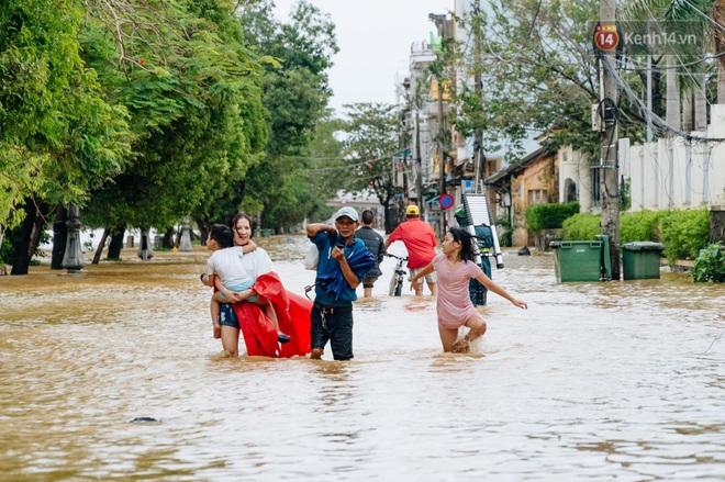 """Mất điện, nước lũ gây ngập nặng, người dân Huế kiệt sức: """"Chưa có năm nào khắc nghiệt như năm nay"""" - ảnh 15"""