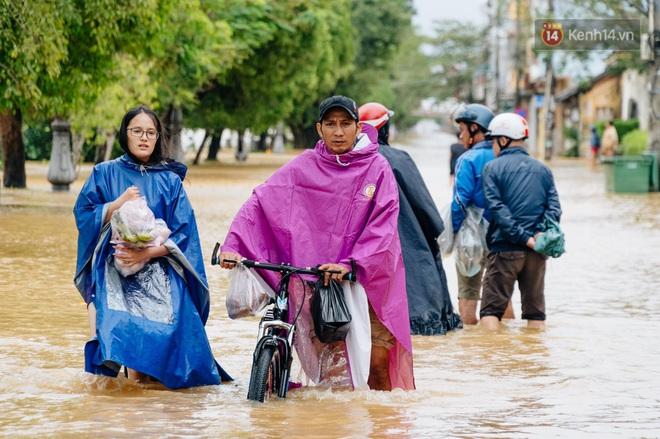 """Mất điện, nước lũ gây ngập nặng, người dân Huế kiệt sức: """"Chưa có năm nào khắc nghiệt như năm nay"""" - ảnh 16"""