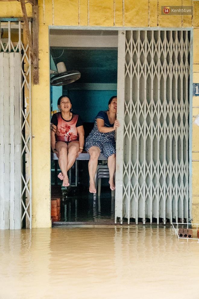 """Mất điện, nước lũ gây ngập nặng, người dân Huế kiệt sức: """"Chưa có năm nào khắc nghiệt như năm nay"""" - ảnh 23"""