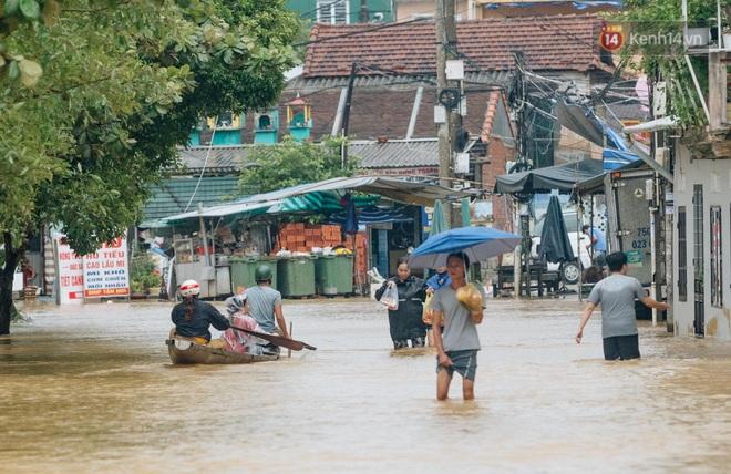 """Mất điện, nước lũ gây ngập nặng, người dân Huế kiệt sức: """"Chưa có năm nào khắc nghiệt như năm nay"""" - ảnh 20"""