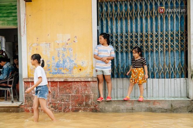 """Mất điện, nước lũ gây ngập nặng, người dân Huế kiệt sức: """"Chưa có năm nào khắc nghiệt như năm nay"""" - ảnh 17"""