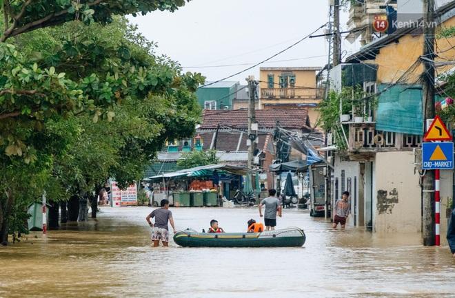 """Mất điện, nước lũ gây ngập nặng, người dân Huế kiệt sức: """"Chưa có năm nào khắc nghiệt như năm nay"""" - ảnh 24"""