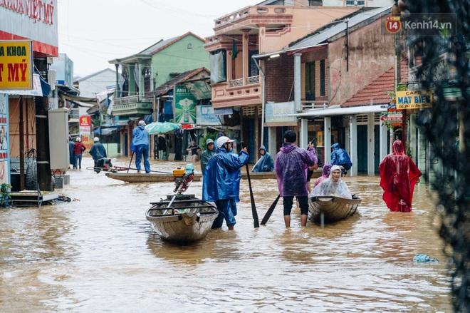 """Mất điện, nước lũ gây ngập nặng, người dân Huế kiệt sức: """"Chưa có năm nào khắc nghiệt như năm nay"""" - ảnh 30"""