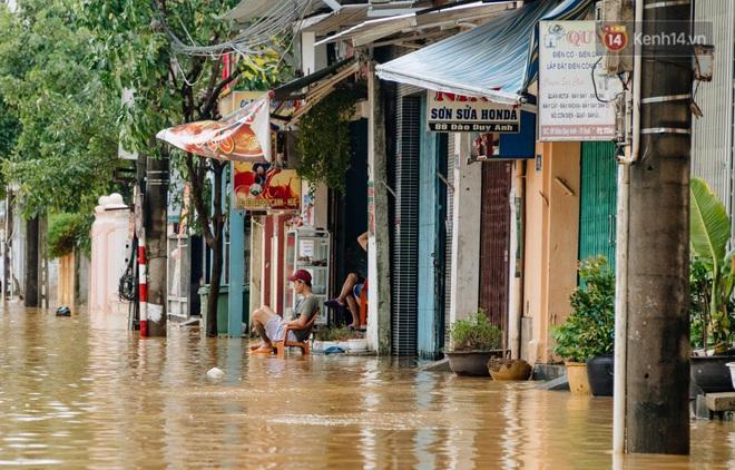 """Mất điện, nước lũ gây ngập nặng, người dân Huế kiệt sức: """"Chưa có năm nào khắc nghiệt như năm nay"""" - ảnh 28"""