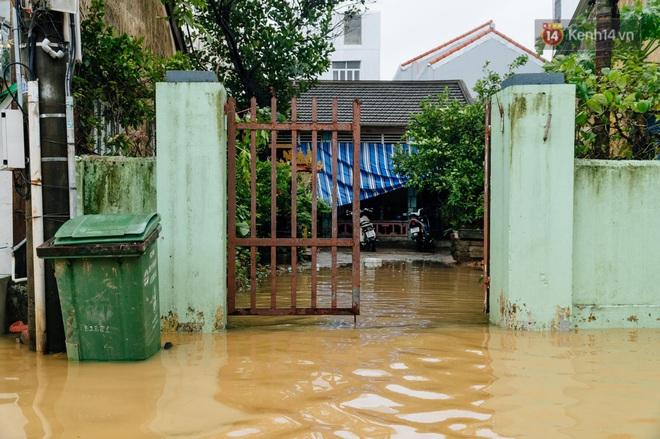 """Mất điện, nước lũ gây ngập nặng, người dân Huế kiệt sức: """"Chưa có năm nào khắc nghiệt như năm nay"""" - ảnh 27"""