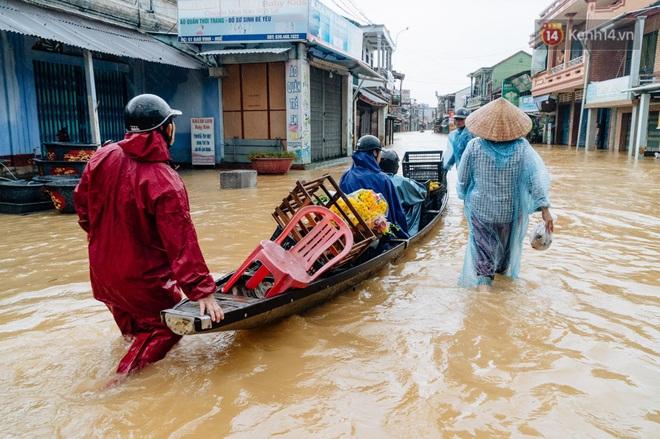 """Mất điện, nước lũ gây ngập nặng, người dân Huế kiệt sức: """"Chưa có năm nào khắc nghiệt như năm nay"""" - ảnh 25"""