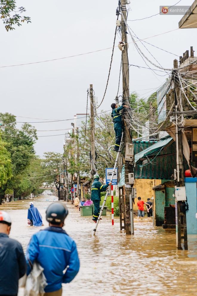 """Mất điện, nước lũ gây ngập nặng, người dân Huế kiệt sức: """"Chưa có năm nào khắc nghiệt như năm nay"""" - ảnh 29"""
