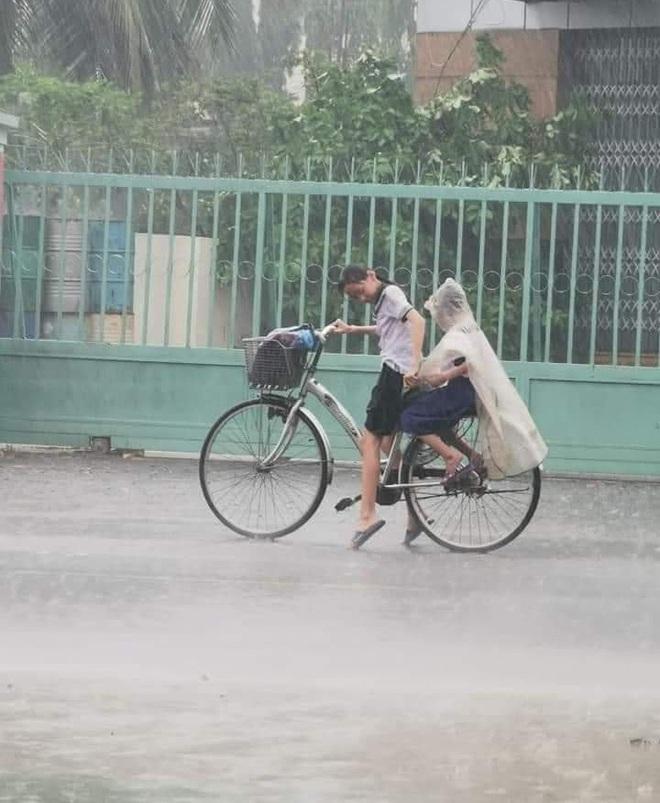 Mưa to vẫn nhường hết áo mưa cho em trai, cô học trò còn làm hành động cưng xỉu thu về 10.000 like - ảnh 1