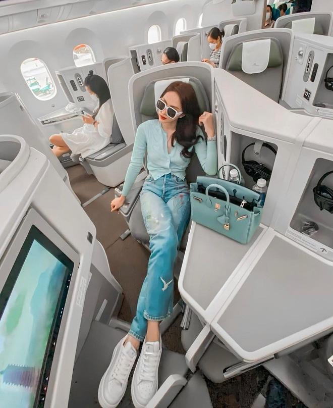 Sao Việt đi máy bay hạng thương gia: Người lên đồ đơn giản, người cầu kỳ nhưng ai cũng khoe túi hiệu - ảnh 1