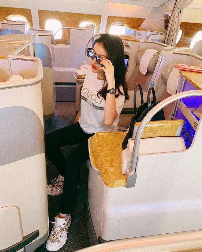 Sao Việt đi máy bay hạng thương gia: Người lên đồ đơn giản, người cầu kỳ nhưng ai cũng khoe túi hiệu - ảnh 9