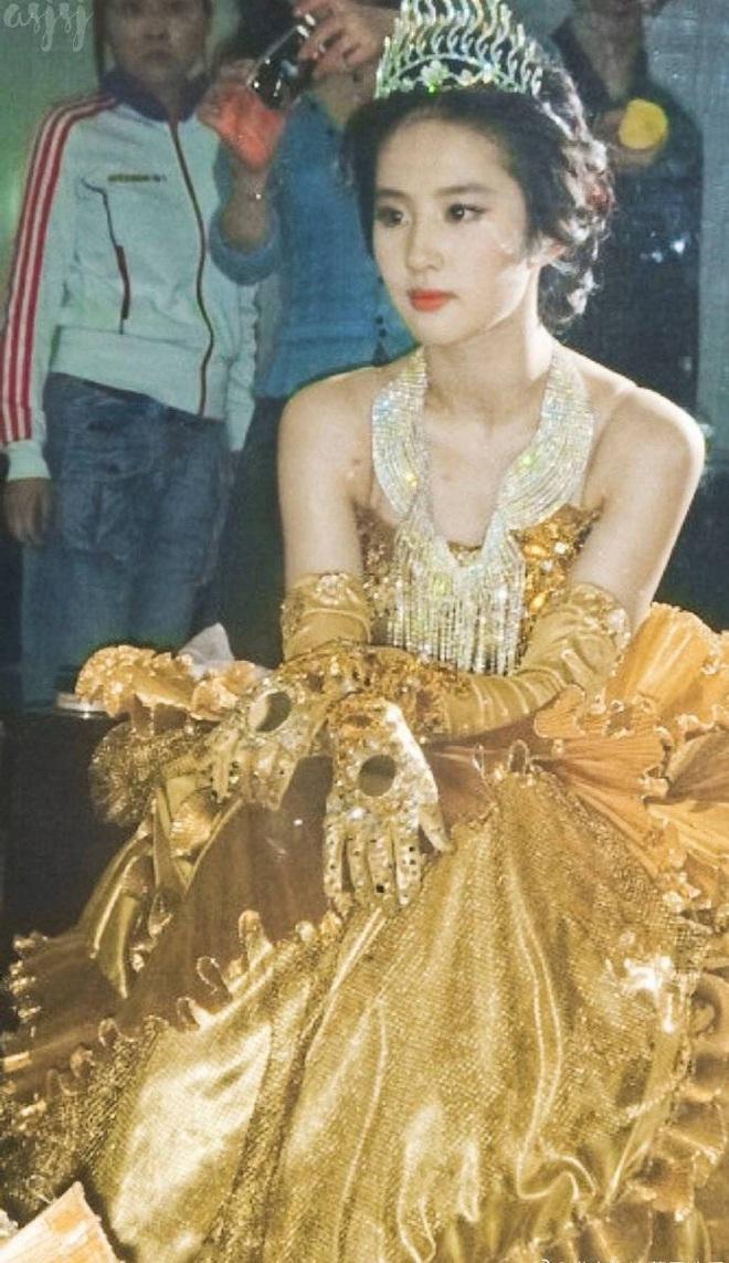 Hậu trường Lưu Diệc Phi hoá Nữ thần Kim Ưng 14 năm trước gây bão: Đẹp đến mức ảnh mờ vẫn đỉnh, Victoria khó có thể sánh bằng - ảnh 5