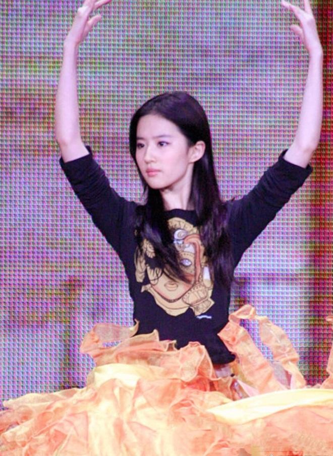 Hậu trường Lưu Diệc Phi hoá Nữ thần Kim Ưng 14 năm trước gây bão: Đẹp đến mức ảnh mờ vẫn đỉnh, Victoria khó có thể sánh bằng - ảnh 9