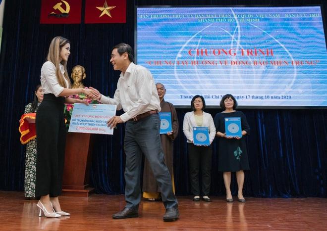 Tiên Nguyễn đại diện nhà tỷ phú Johnathan Hạnh Nguyễn trao 2 tỷ hỗ trợ miền Trung, 1,3 tỷ cho gia đình 13 cán bộ gặp nạn ở Rào Trăng 3 - ảnh 1
