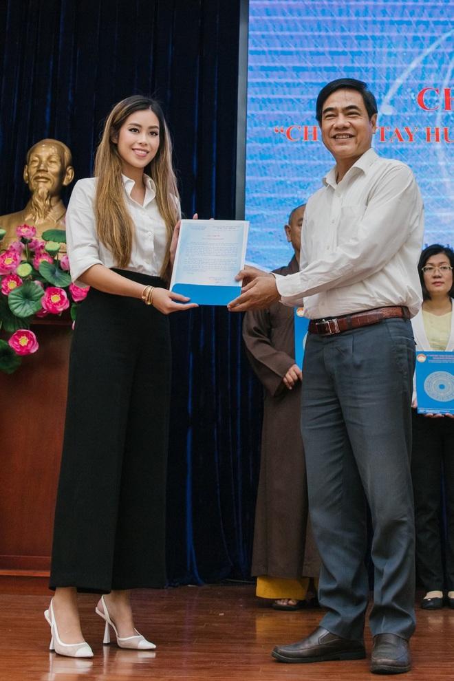 Tiên Nguyễn đại diện nhà tỷ phú Johnathan Hạnh Nguyễn trao 2 tỷ hỗ trợ miền Trung, 1,3 tỷ cho gia đình 13 cán bộ gặp nạn ở Rào Trăng 3 - ảnh 3