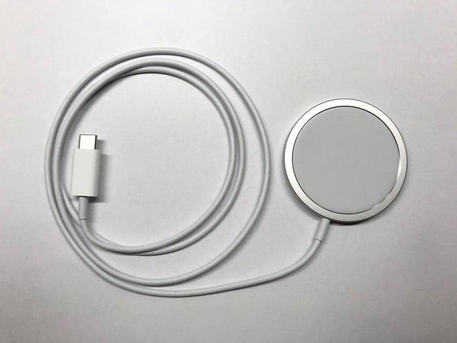 Combo hút máu với sạc MagSafe và ốp silicone mới cho iPhone 12 của Apple bị cư dân mạng chê tới, chê tấp - ảnh 9