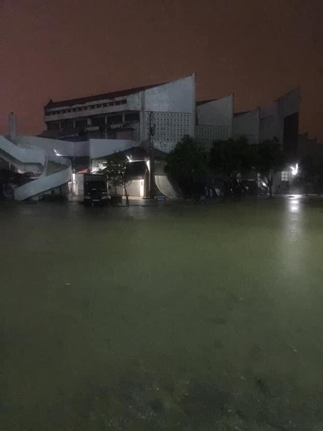 Nhiều người dân Quảng Trị đồng loạt lên mạng kêu cứu khi lũ bất ngờ lên nhanh trong đêm - ảnh 3
